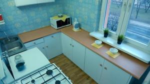 Kuchnia po odświeżeniu (na podłodze wykładzina imitująca panele)